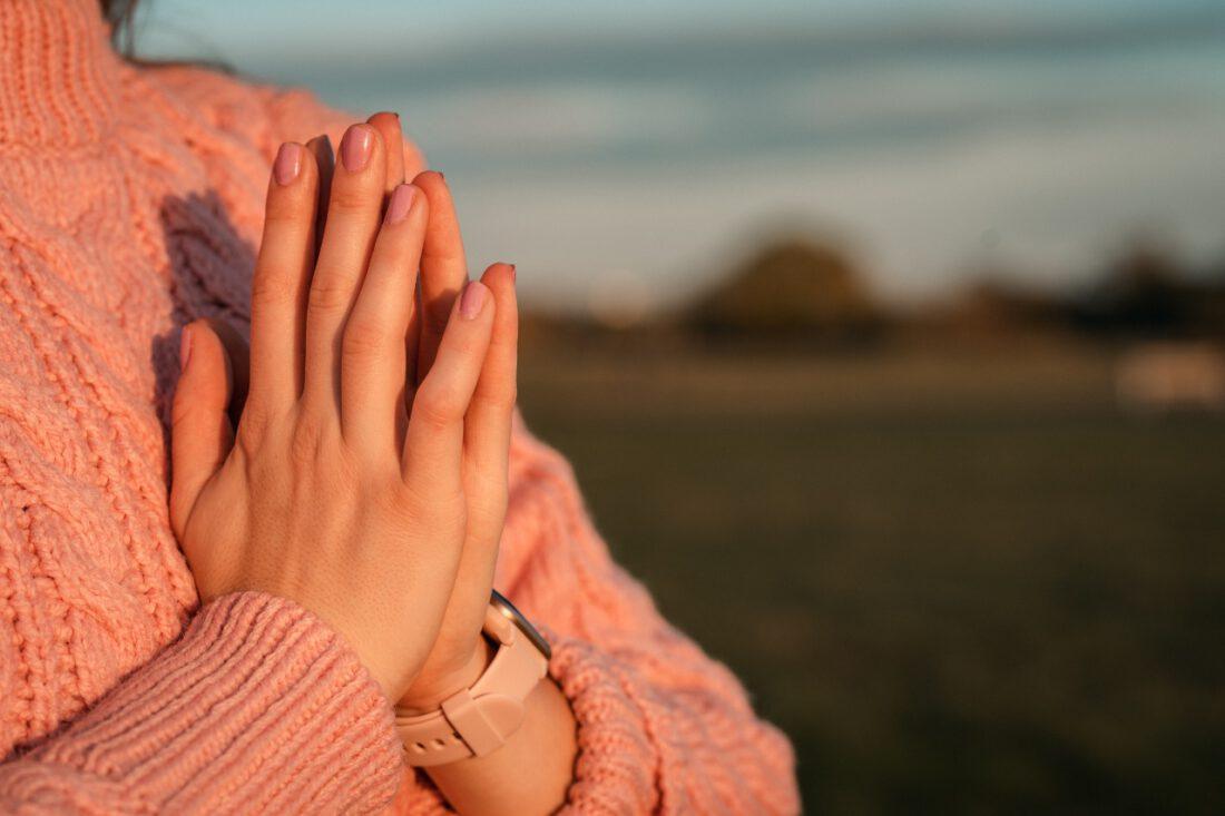 Namasté Handhaltung Hände von junger Frau