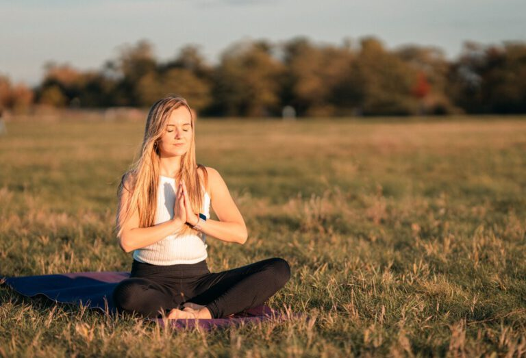 junge frau meditationshaltung abwehrkräfte stärken