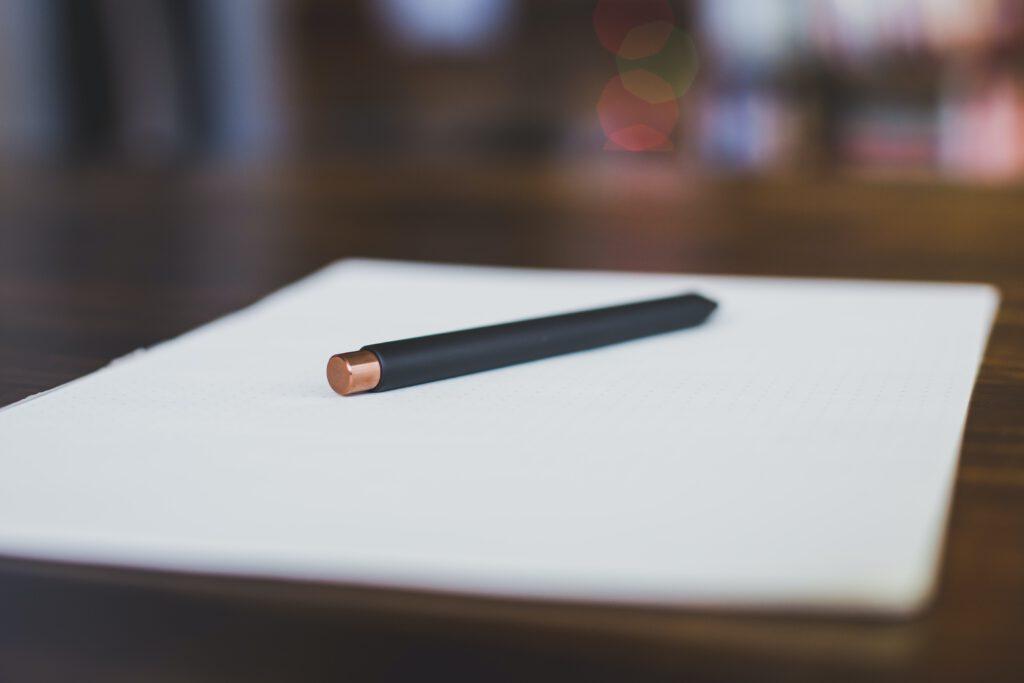 Stift auf Papier Ziele setzen und erreichen